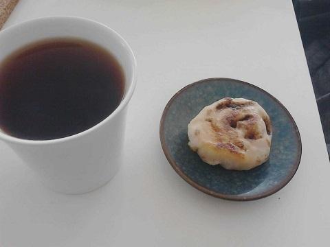 コーヒーとシナモンロール.jpg